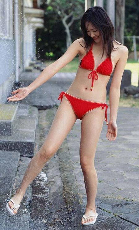上から降ってくる水を楽しそうに足を出して濡らす新垣結衣