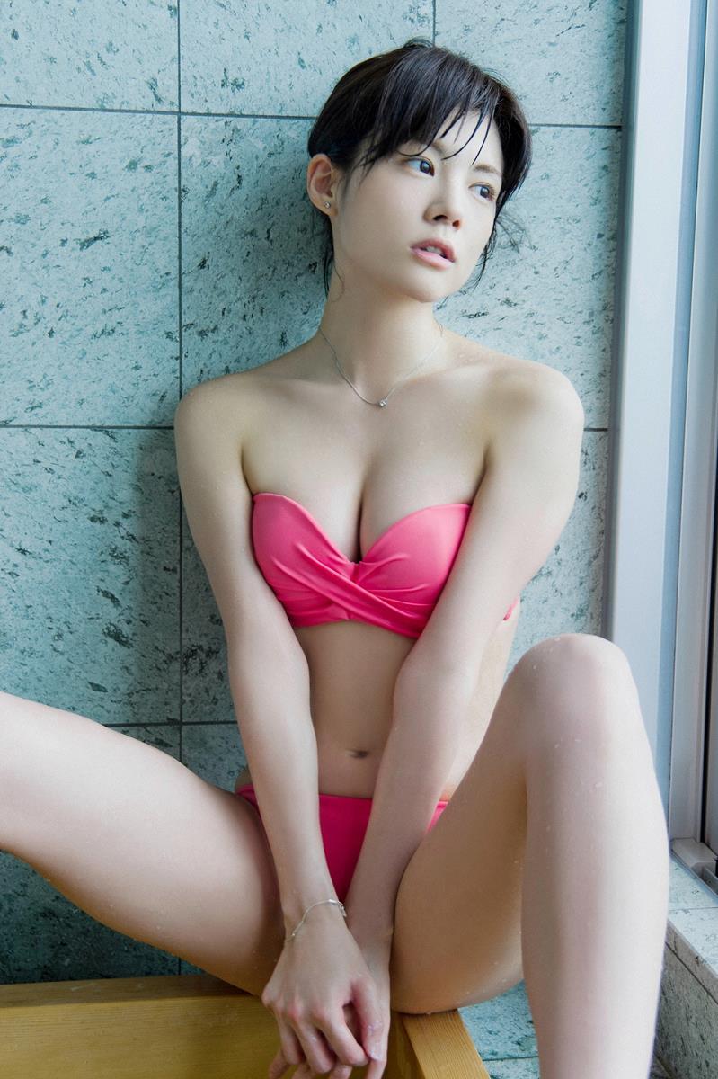 ピンクの可愛い水着を着ている松川佑依子の画像♪