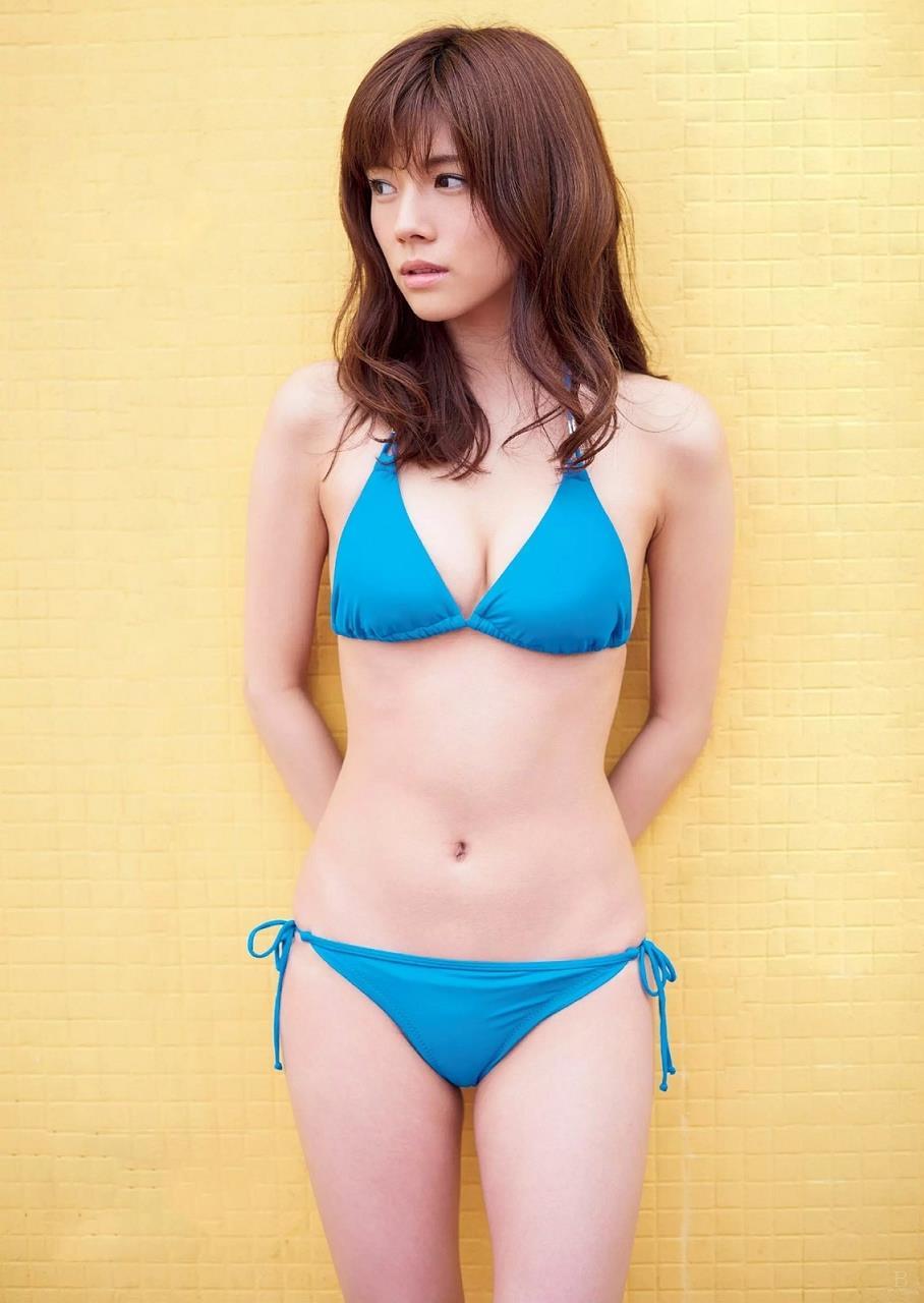 青の水着でポーズを取る松川佑依子の画像♪
