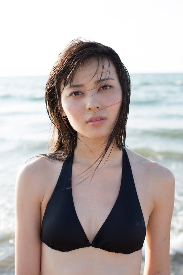 海辺で黒の水着画像がセクシーな矢島舞美