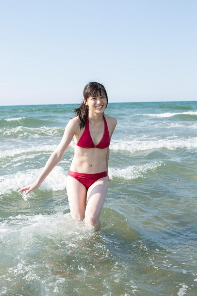 真っ赤の水着ではしゃいでいる矢島舞美の画像♪