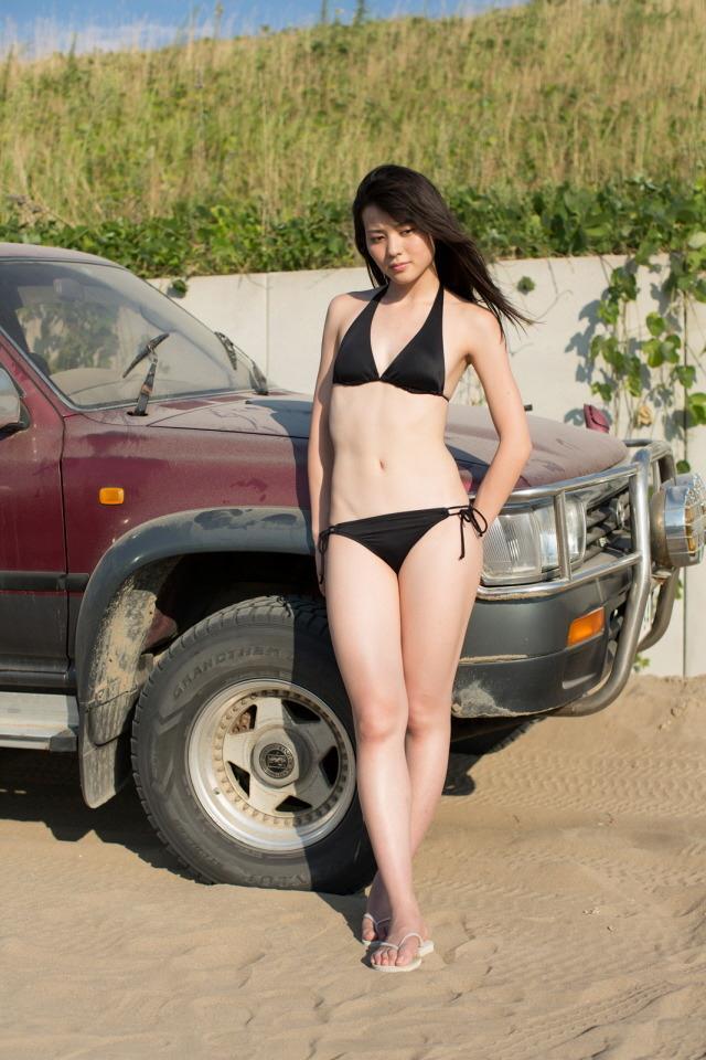 自動車と一緒に写りセクシーな矢島舞美の画像♪