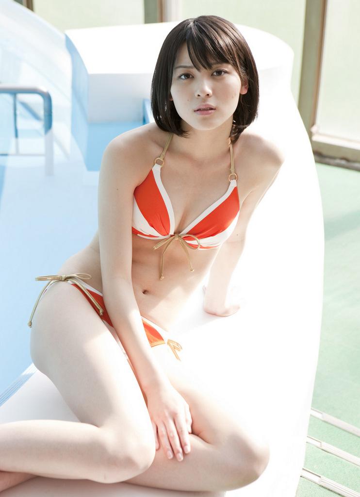 プールサイドでセクシーポーズをとる矢島舞美の画像♪